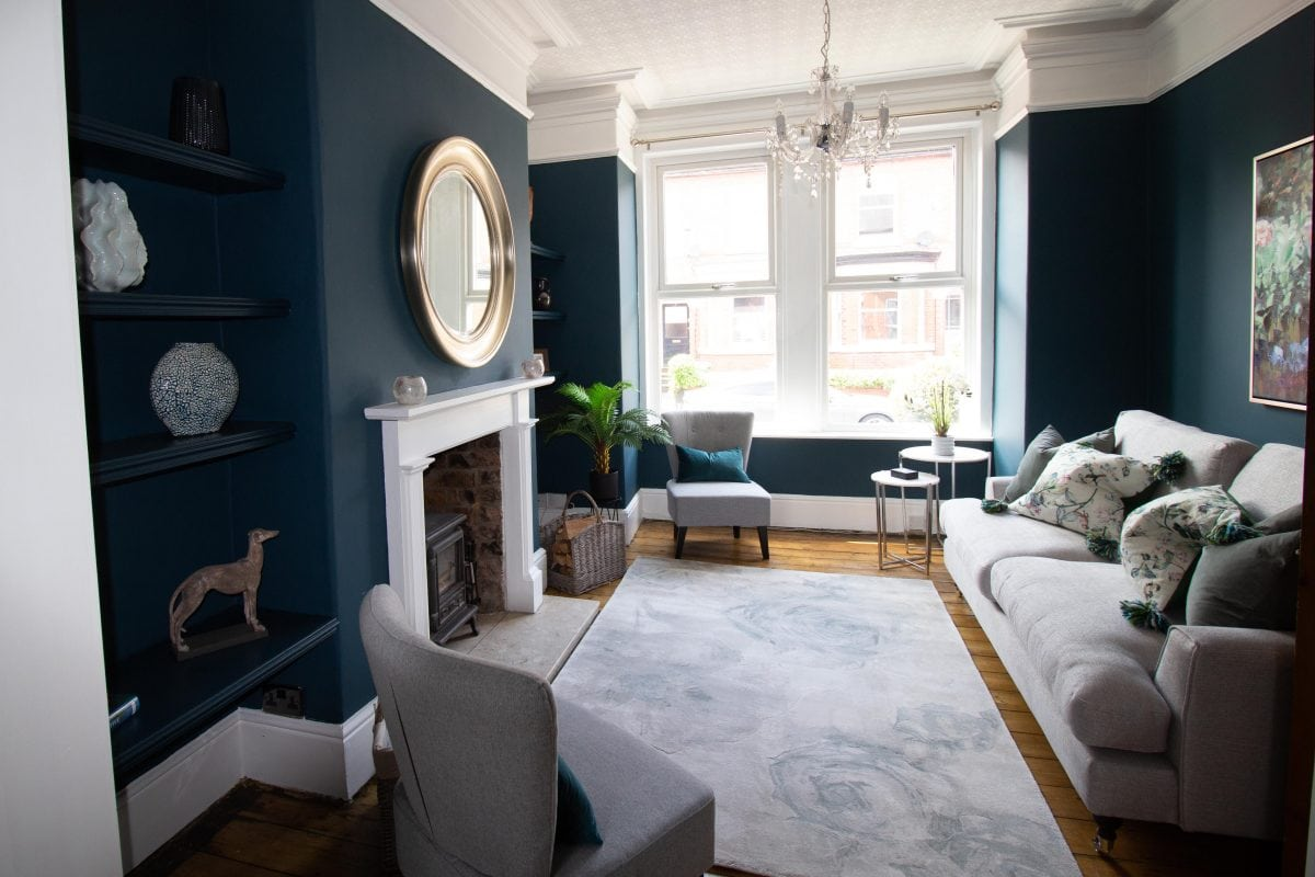 Lounge with blue and teal tones